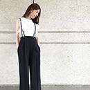 モノトーンコーデに新作黒パンツの写真